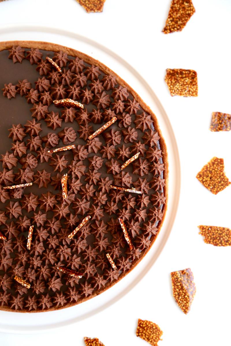 Tarte tout chocolat et éclats de nougatine au sésame